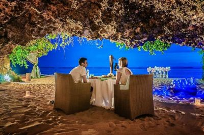 Romantic dinner in the private cave
